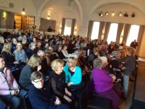 Fullt hus på Finlandsinstitutet när Tornedalsteaterns Tjära människa och WAO underhöll i februari i år. Foto Susanne Redebo