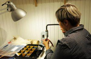 Bea jobbar i verkstaden som är inredd i en bastu. Foto Beatrice Svala