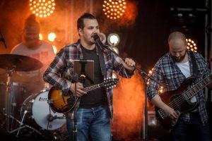 Sångaren Peter Fredriksson startade sitt första band i Pajala som tioåring ihop med kompisen Daniel Snell. I dag spelar de tillsammans i Julma. Foto Kim Kangas