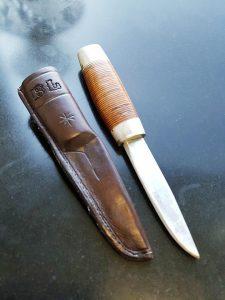 Tornedalskniven har ett skaft som är tillverkat av ihoplimmade läderbitar. Foto Privat