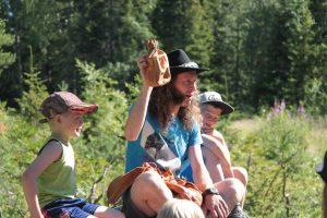 Barn och ungdomar är ute på äventyr i skogen tillsammans med Daniel Särkijärvi 2 Foto Reijo Kemi