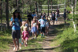 Barn och ungdomar är ute på äventyr i skogen tillsammans med Daniel Särkijärvi Foto Reijo Kemi